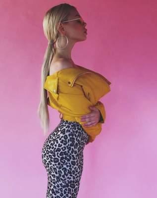 Алина Гросу подчеркнула фигуру леопардовой юбкой