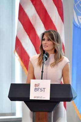 Мелания Трамп вышла на публику в нежном розовом платье
