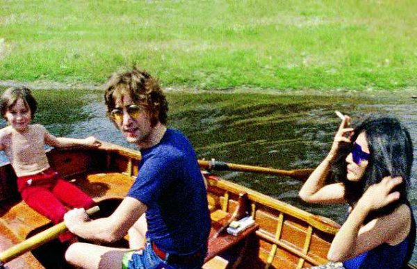 В Сеть «слили» редкие и интимные фотографии Джона Леннона