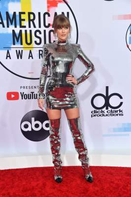 Знаменитая певица вышла на красную дорожку в костюме диско-шара
