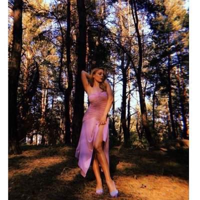 Тина Кароль похвасталась телом в откровенном платье