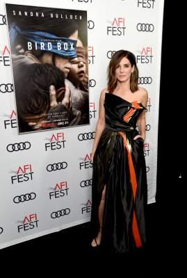 Сандра Баллок побаловала фанатов, оголив плечи в эффектном платье