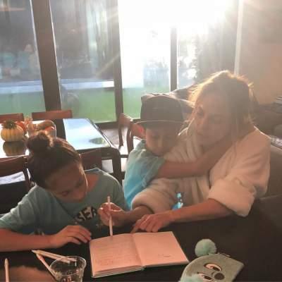 Дженнифер Лопес поделилась снимком в домашней обстановке с детьми