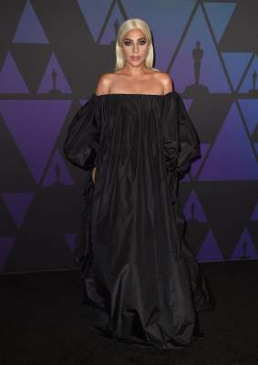 Lady Gaga покрасовалась в эффектном платье-балахоне
