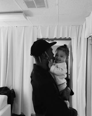 Кайли Дженнер показала мужа и дочь на свежих фото
