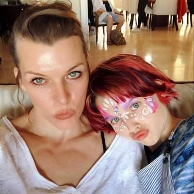 Как две капли воды: Милла Йовович похвасталась подросшей дочерью