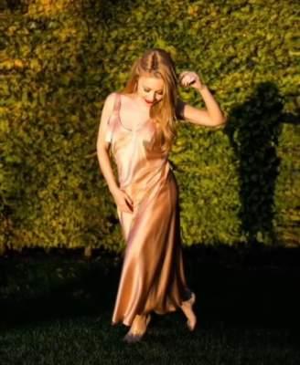 Тина Кароль подчеркнула фигуру шелковым платьем