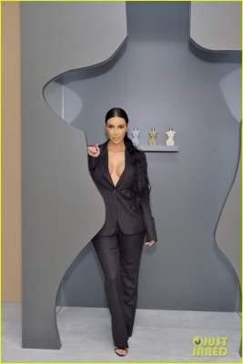 Ким Кардашьян поразила поклонников чрезвычайно глубоким декольте