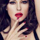 Lady in red: Моника Беллуччи вышла в свет в стильном платье