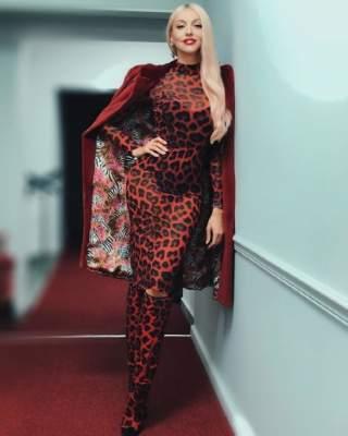 Оля Полякова вышла в свет в леопардовом платье