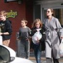 Анджелина Джоли прошлась по магазинам с детьми