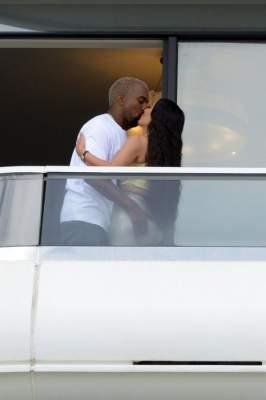 Папарацци засняли страстный поцелуй известной пары