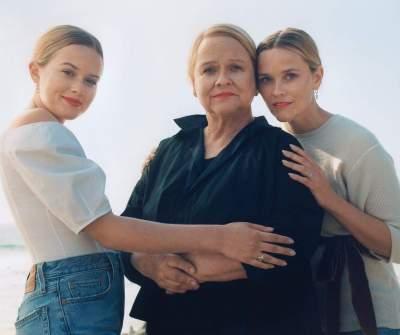 Риз Уизерспун сфотографировалась с мамой и дочерью