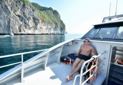 Звездный холостяк поделился фотографиями с отдыха в Таиланде