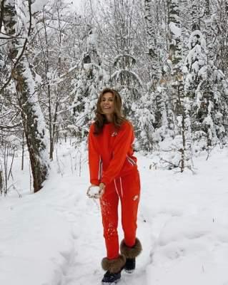 Дочь Ольги Сумской в модном аутфите вышла пргуляться в лес