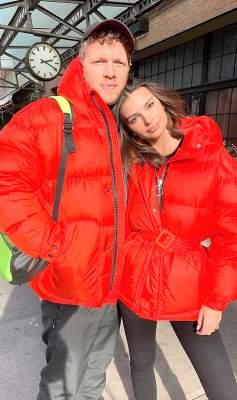 Эмили Ратаковски с мужем прогулялись в одинаковой одежде украинского бренда