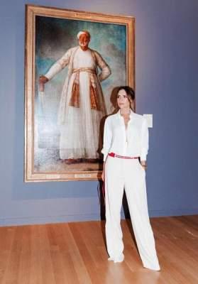Виктория Бекхэм посетила выставку в стильном белом костюме